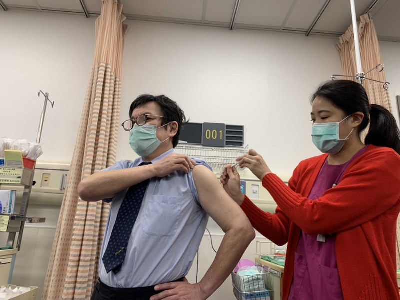 AZ疫苗開打  雙和院長吳麥斯帶頭接種(2)