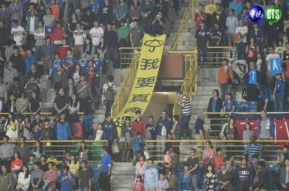 東亞盃足球賽 全場黃傘挺「抗中」 |