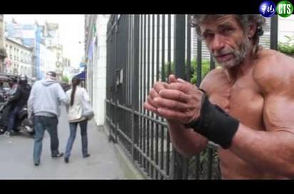 猛!最強街友! 馬路練八塊肌 |