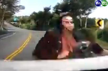 嚇呆了! 機車逆向 自撞汽車彈飛  