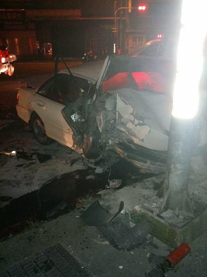 元旦收假 疑酒駕自撞電線桿3死2傷 |