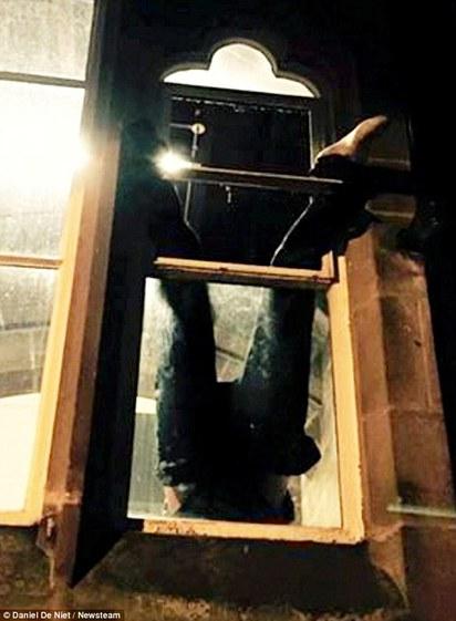 笨死了! 偷竊卡窗口 大學生打卡留影 |