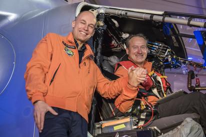 環球飛行 世界最大太陽能飛機起飛   駕駛/翻攝自新浪網