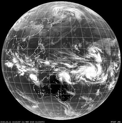 春寒雨泉到週四 | (圖二)11日早上9時紅外線雲圖,赤道兩側各有旋轉雲系