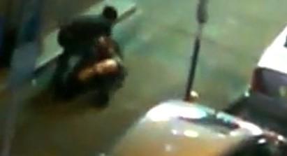 不是男子漢! 丈夫路邊毆打嫩妻   翻攝自香港蘋果日報