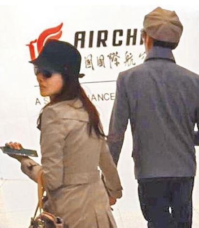 伊的婚禮辦在離婚隔天 打臉前夫哈林 | 伊能靜(左)和秦昊前天被目擊現身北京機場準備飛泰國普吉島。翻攝搜狐娛樂