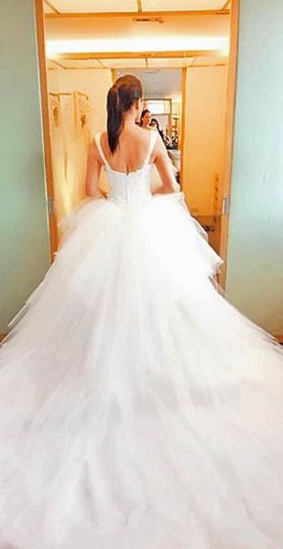 伊的婚禮辦在離婚隔天 打臉前夫哈林 | 伊能靜日前po試婚紗照片,藏不住興奮。翻攝伊能靜微博