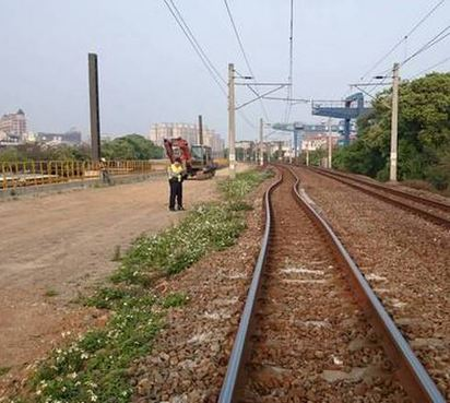 桃園熱到鐵軌變形 區間車險翻車 | 鐵軌明顯變形