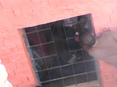 蜘蛛人上身!印度家長攀牆送小抄 |