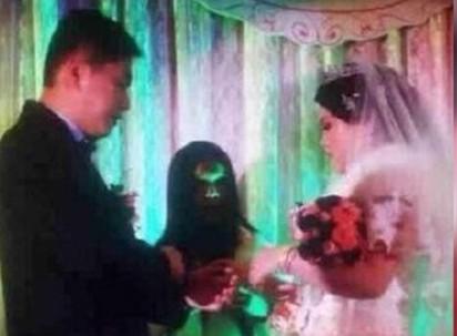 悲劇! 婚禮照竟有無臉男  