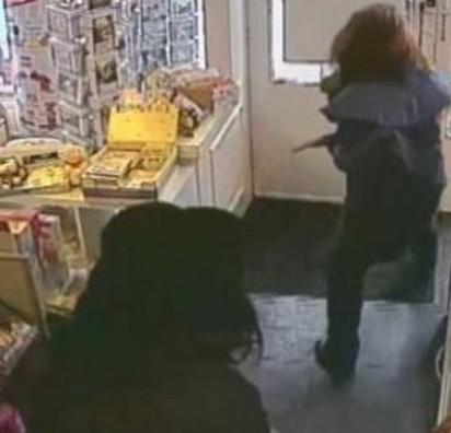 搶匪Cosplay裝女人 郵局搶現金 |