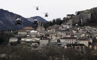 德國廉價航空墜機前 僅1機師在駕駛艙 | 法國搜救人員繼續工作。