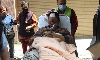 驚! 貨車翻覆墜落 工人遭甩岀1死3傷 | 工人受傷被醫護人員送醫救治