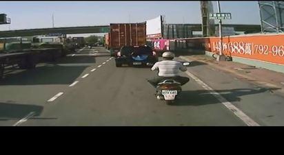 貨櫃車輾爆阿伯 竟拖行繼續開! | 騎車遭輾的騎士