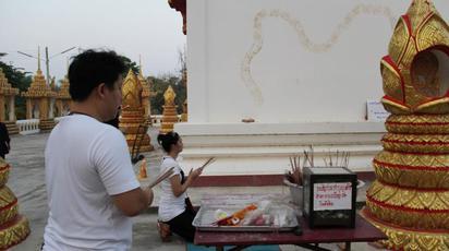 泰國寺廟出現「蛇跡」彩券迷搶拜 |