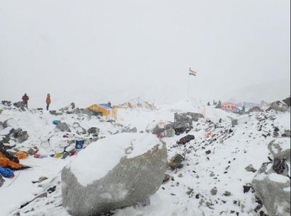 尼泊爾7.9強震 罹難人數攀升超過8百人 | 珠穆朗瑪峰地震後發生雪崩
