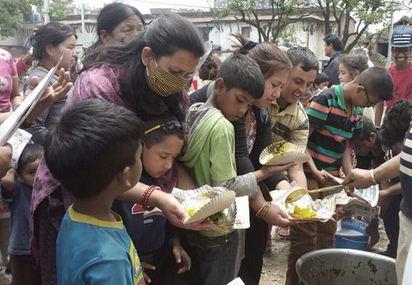 尼泊爾強震7250人死 救命物資堆機場 |