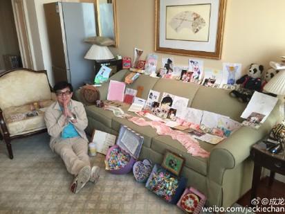 成龍生日鈔票滿沙發 粉絲送的全捐  