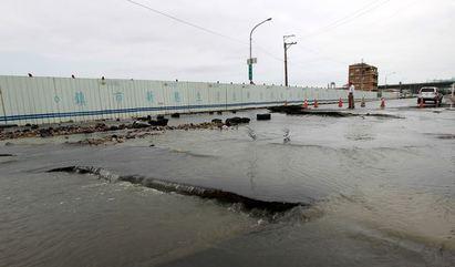 鋒面挾帶暴雨 台中洲際球場旁路塌  