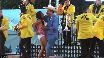放開她! 墨西哥「豬哥市長」強吻少女   豬哥市長曾在當眾掀起女性裙子