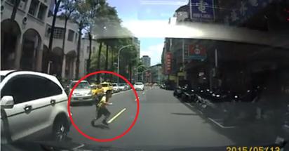 國小男童放學闖馬路 慘遭撞飛  