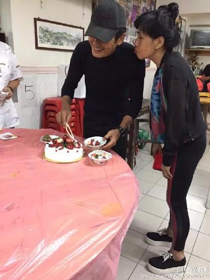 發哥生日 發嫂送草莓蛋糕再獻吻 |