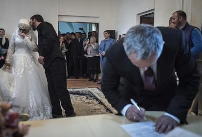 車臣已婚警長 強娶17歲少女做二房! | 新娘子在婚禮現場哭了起來