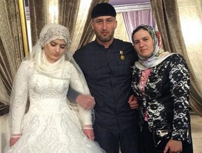 車臣已婚警長 強娶17歲少女做二房! | 新娘與大房(圖右)合照,滿面愁容