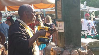 自拍棒擾人! 迪士尼:請遊客勿用 | 迪士尼世界員工於「巨雷山鐵路」貼出「禁用自拍棒」看板