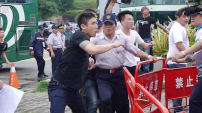 張志軍抵達金門 台聯丟煙幕彈遭黑衣人毆打   圖片來源/台灣團結聯盟臉書
