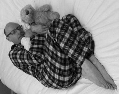睡相出賣你! 這7種睡姿你上榜了嗎…   嬰兒式蜷睡:這種人通常容易焦慮、情緒起伏大、猶豫不決、並且對他人的批評反應過敏。