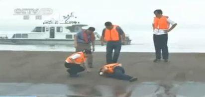 最新! 郵輪翻覆已五死 李克強江心視察 | 搶救人員爬上船身敲打艙內找生還者的回應