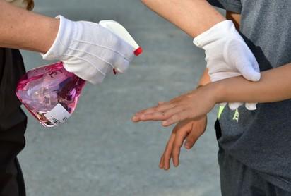 南韓MERS疫情擴散 209學校停課 | 南韓學生消毒手部。