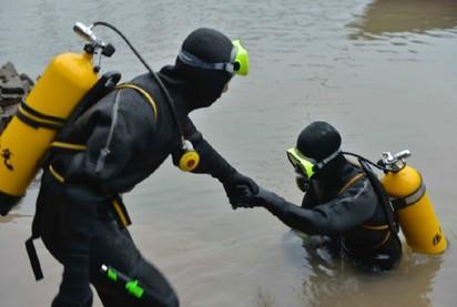 好偉大! 搜救隊員為救人 逃婚歸隊 | 潛水員24小時不間斷交替下水搜救(翻攝鳳凰網)