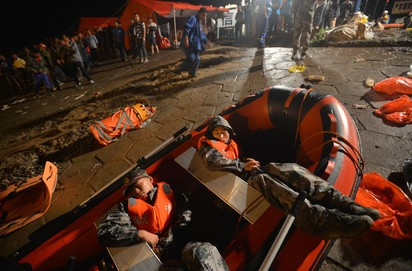 好偉大! 搜救隊員為救人 逃婚歸隊 | 不少救援人員體力透支席地而睡(翻攝鳳凰網)