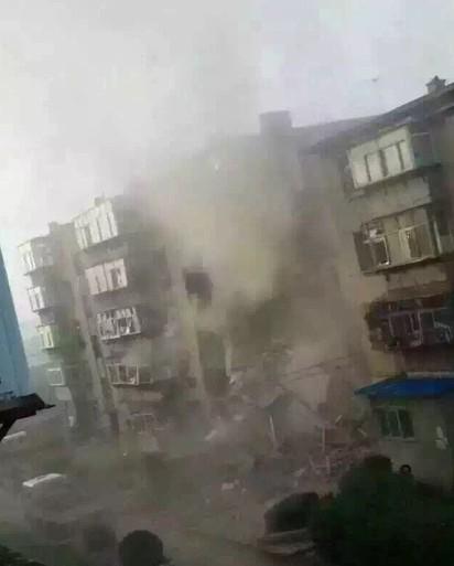 嚇! 瓦斯桶爆炸 葫蘆島大樓垮 | 網友拍下爆炸一刻煙塵瀰漫情景(翻攝網路)