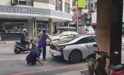 BMWi8掰! 近千萬跑車違停警照拖吊 |