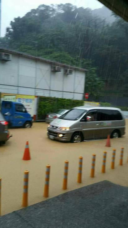 大雨傾洩 台北文山區多路段水淹及膝 | 二殯淹水狀況嚴重,水深30公分