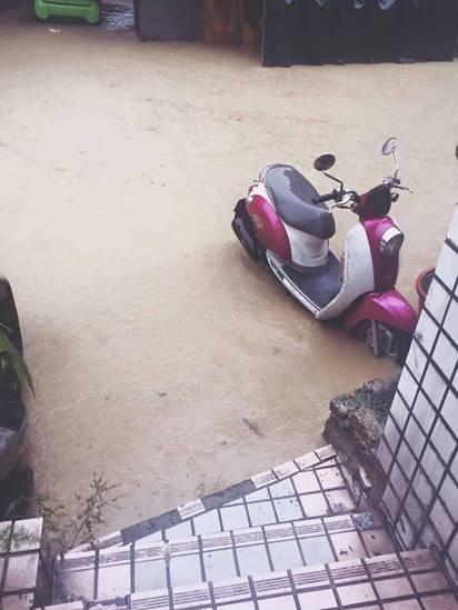 大雨傾洩 台北文山區多路段水淹及膝 | 文山區興隆、辛亥路部分路段淹水嚴重