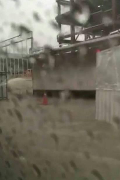 大雨傾洩 台北文山區多路段水淹及膝 | 台北大巨蛋外馬路積水嚴重