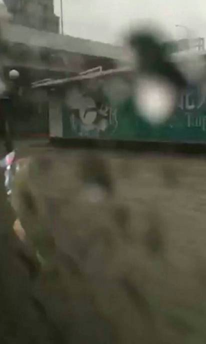 大雨傾洩 台北文山區多路段水淹及膝 |