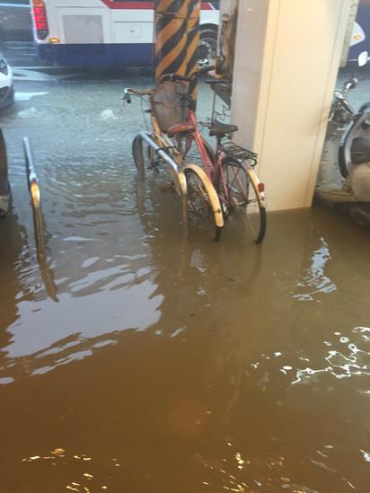 大雨傾洩 台北文山區多路段水淹及膝 | 萬芳醫院附近停放腳踏車,已被淹一半