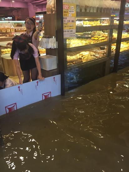 大雨傾洩 台北文山區多路段水淹及膝 | 萬芳醫院附近麵包店急忙在門口檔水