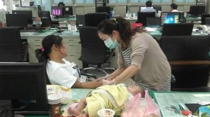 媽媽懷胎吸毒 2月女嬰竟毒癮發作! | 楊女毒癮發作,衛生局人員替她抽血(翻攝網路)