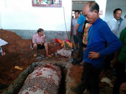 湖南少婦離死死亡 萬人包圍村莊搶屍 | 少婦屍體,24小時有人看守,提防被搶走。