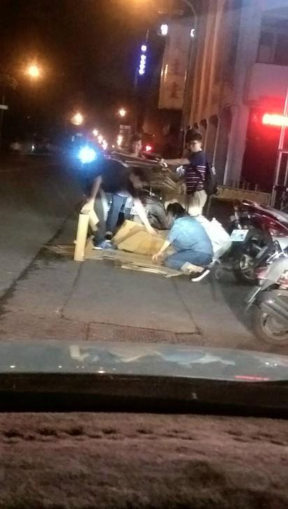 正能量抵加 年輕人夜半義舉好有愛 | 有民眾拍到在屏東市區,有年輕人幫忙資源回收阿婆。