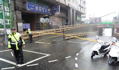 暴雨狂下 樹林地下道預警性封閉   警方拉起封鎖線,請民眾改道。