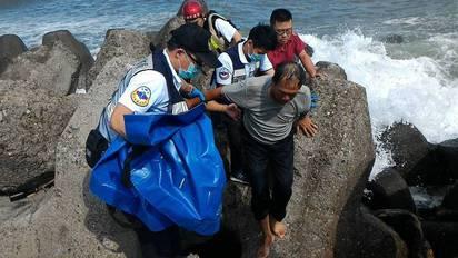 大浪打翻舢舨 漁民落海漂流1hr獲救 | 漁民出海補魚,舢舨被浪打翻。