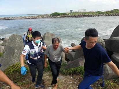 大浪打翻舢舨 漁民落海漂流1hr獲救 | 漁民漂流1個多小時後,漂流到岸邊。