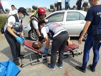 大浪打翻舢舨 漁民落海漂流1hr獲救 | 消防人員趕到後,將他救起送醫。